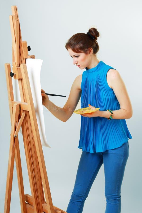 Kvinnamålare med stafflin royaltyfri foto