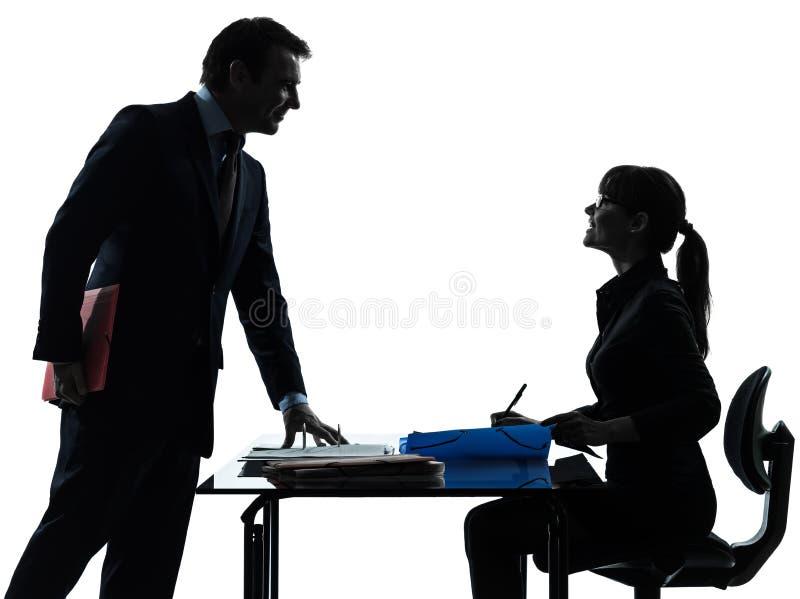 Den upptagna le affärskvinnamanen kopplar ihop silhouetten royaltyfria bilder