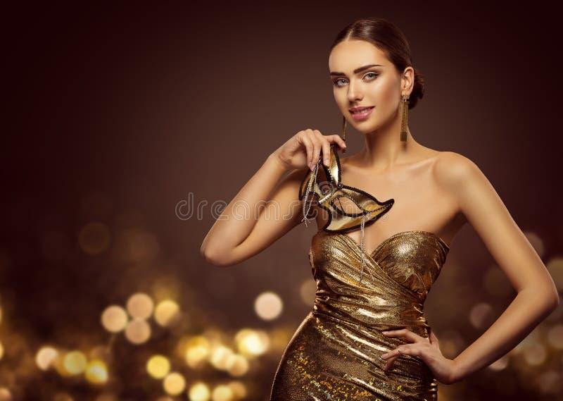Kvinnamaskering, modemodell Face med den guld- karnevalmaskeringen, skönhet arkivbild