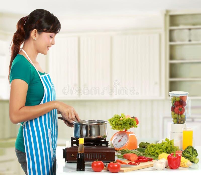 Kvinnamatlagning i kök royaltyfria bilder