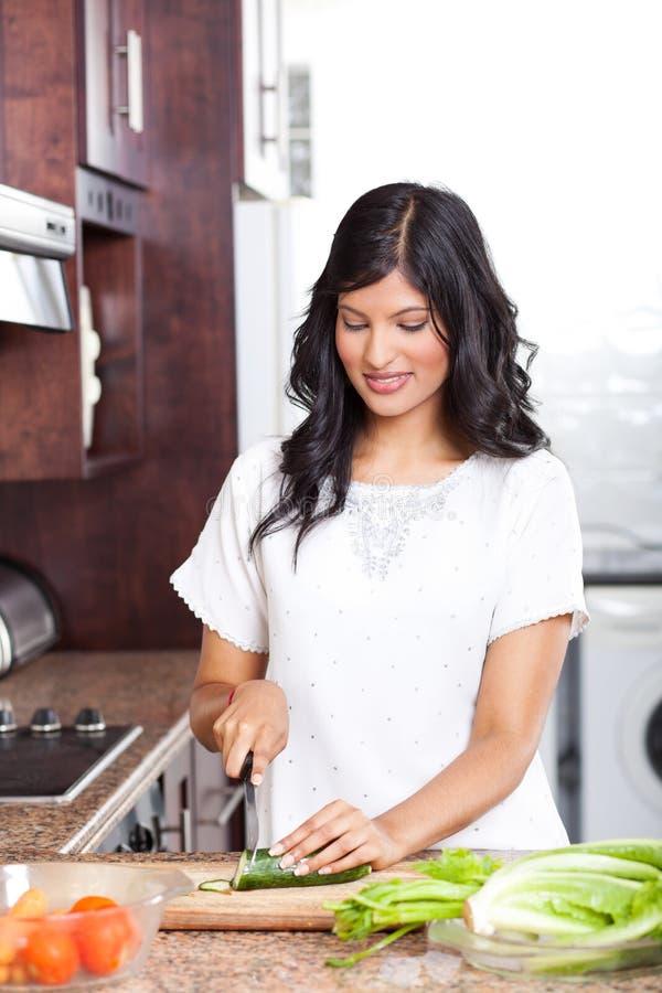 Kvinnamatlagning i kök fotografering för bildbyråer