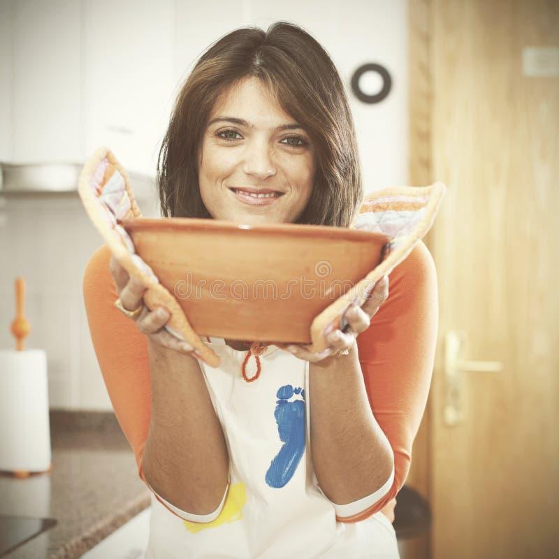 Kvinnamatlagning på hennes kök arkivbilder