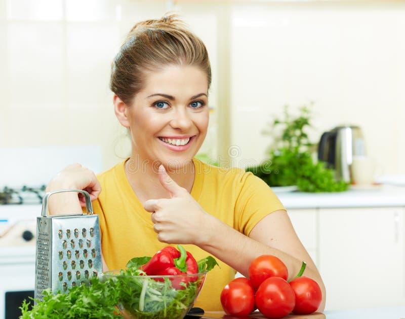 Kvinnamatlagninggrönsaker arkivbilder