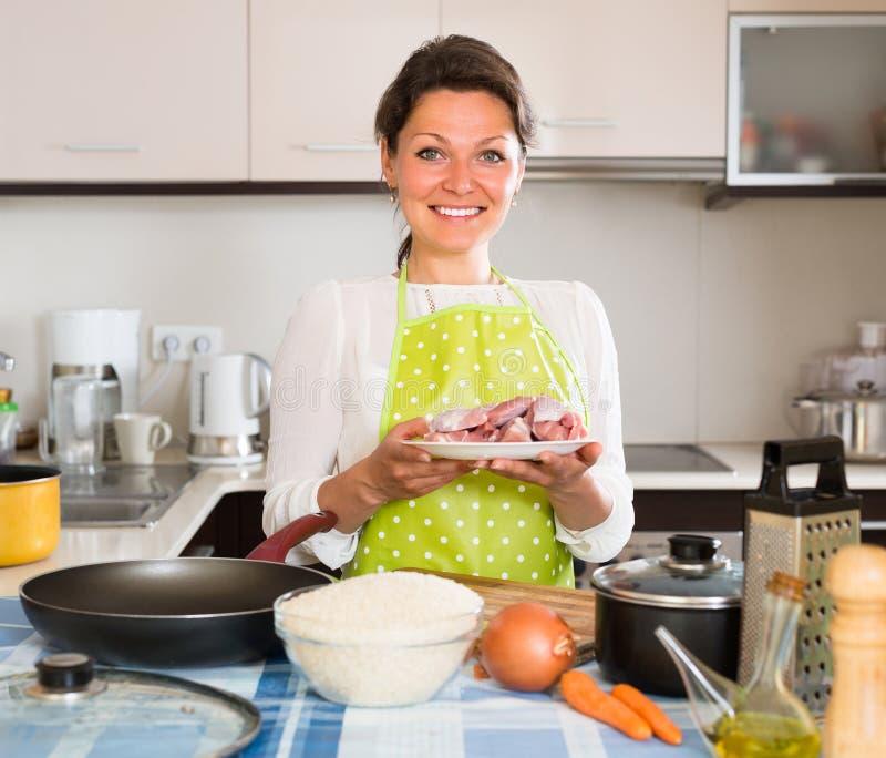Kvinnamatlagningkött med ris royaltyfria bilder