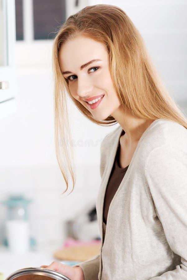 Kvinnamatlagningsoppa royaltyfri foto