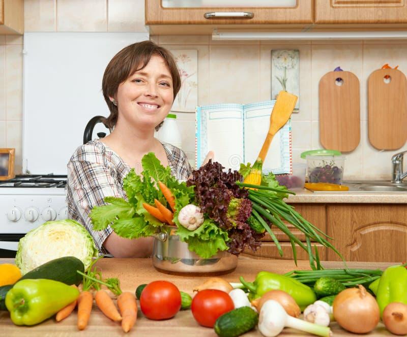 Kvinnamatlagningsoppa från grönsaker Hem- kökinre sund begreppsmat fotografering för bildbyråer