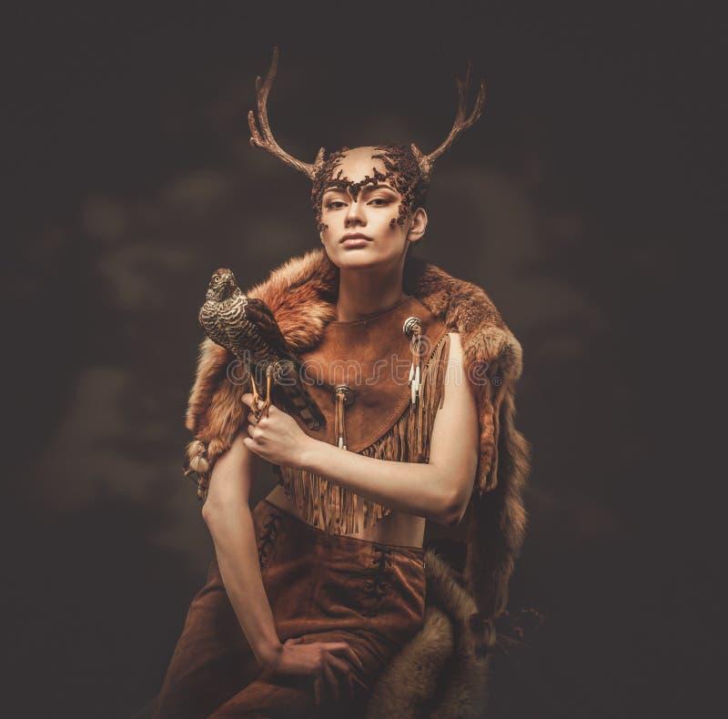 Kvinnamedicinman i rituellt plagg royaltyfri bild
