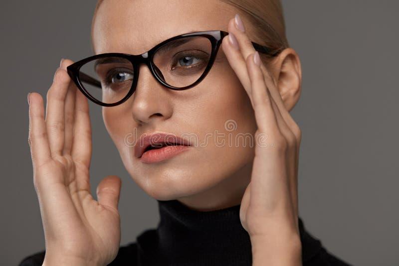 Kvinnamodeexponeringsglas Flicka i Eyewearramen, stilfullt glasögon royaltyfri foto
