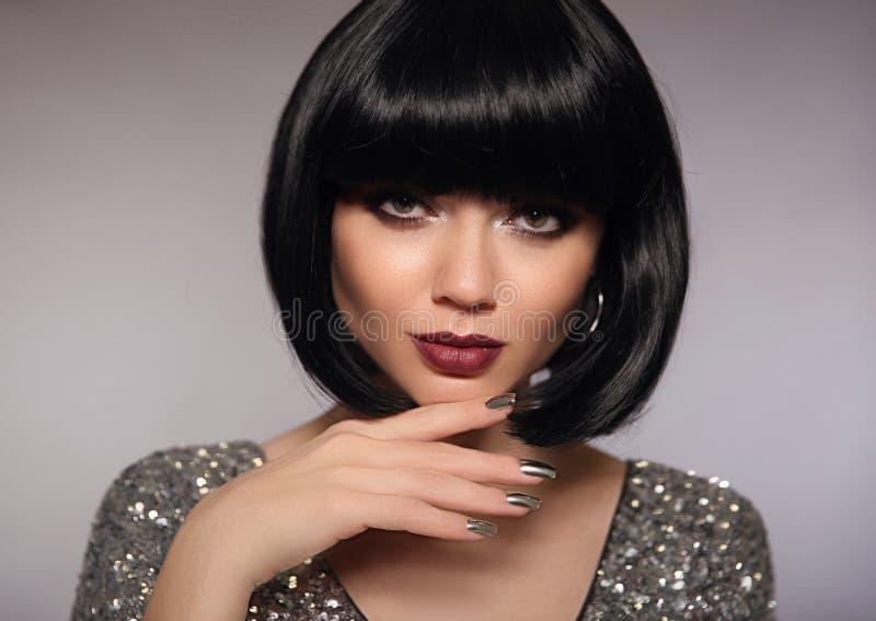 Kvinnamodell för kort hår Modebrunettslut upp ståenden med royaltyfri bild