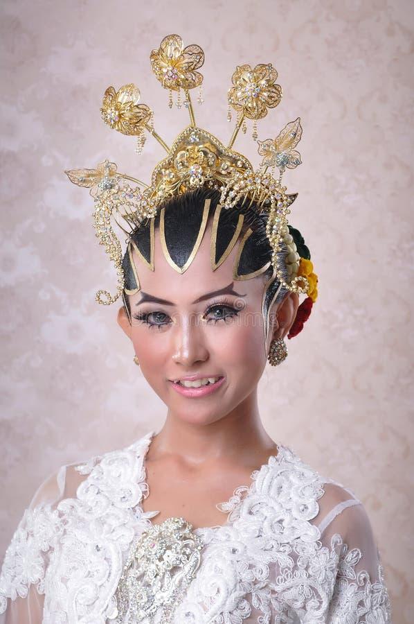 Kvinnamodellen poserade som javanese gifta sig brud royaltyfri foto