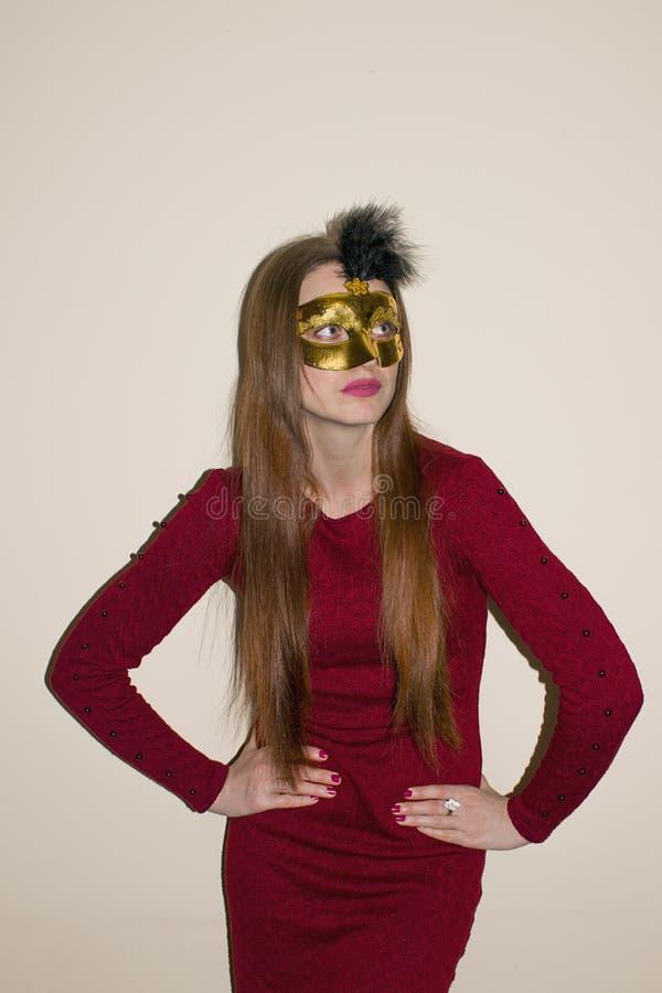 Kvinnamodellskönhet, bärande Venetian maskeradkarnevalmaskering på partiet Fira jul och nytt år arkivfoto