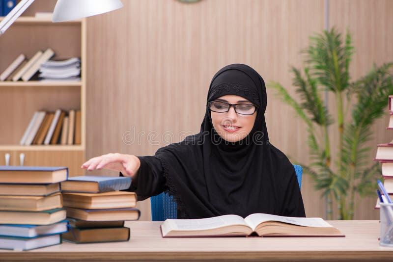 Kvinnamuslimstudenten som förbereder sig för examina arkivfoton
