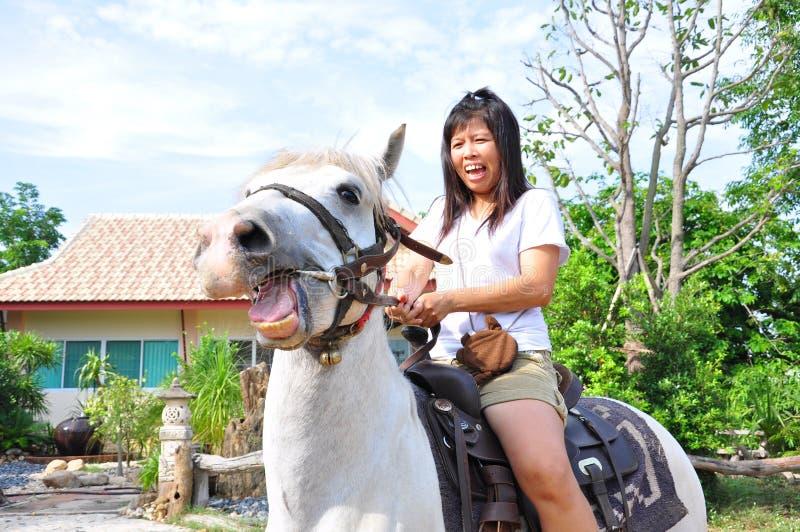 Kvinnanöd på häst arkivfoton