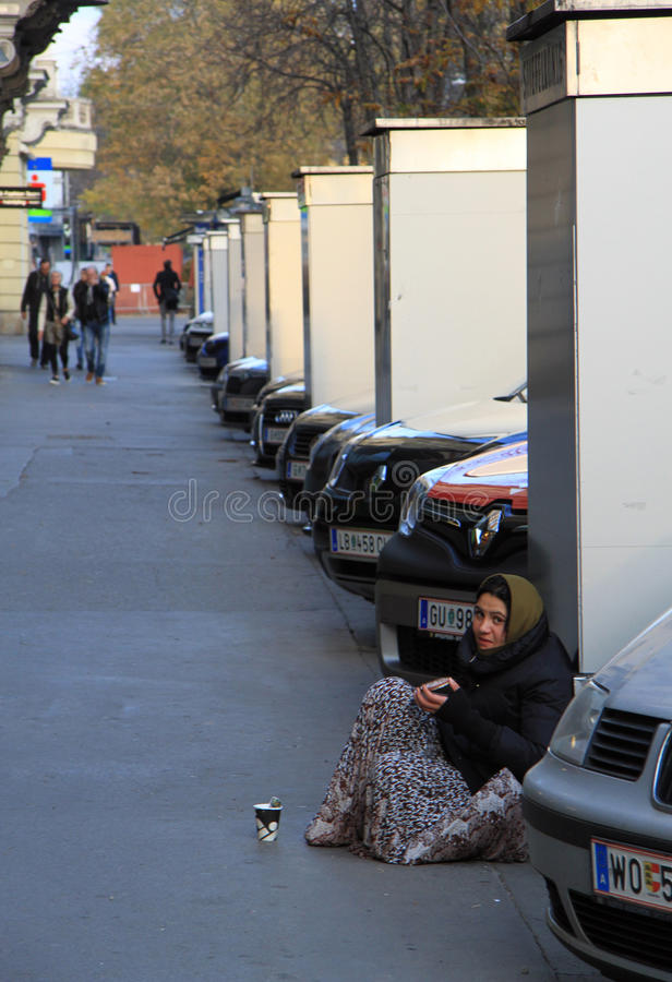 Kvinnan är att tigga som är utomhus- i Graz, Österrike royaltyfri bild