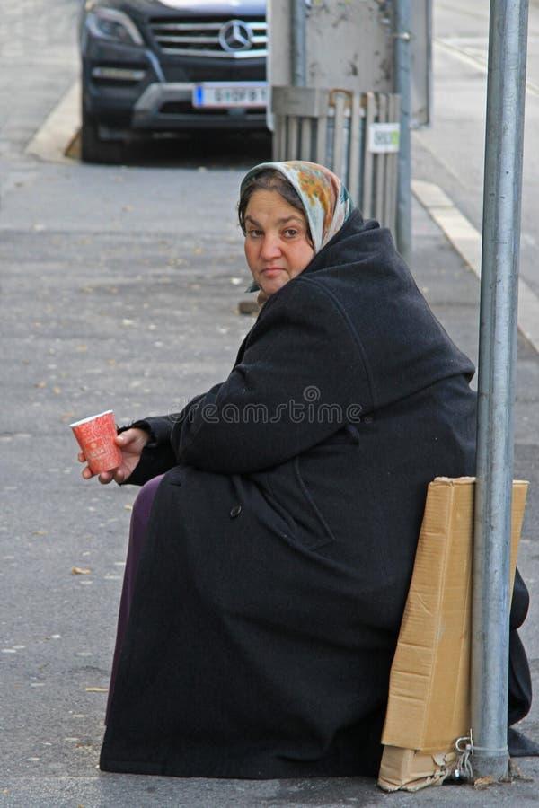 Kvinnan är att tigga som är utomhus- i Graz, Österrike fotografering för bildbyråer