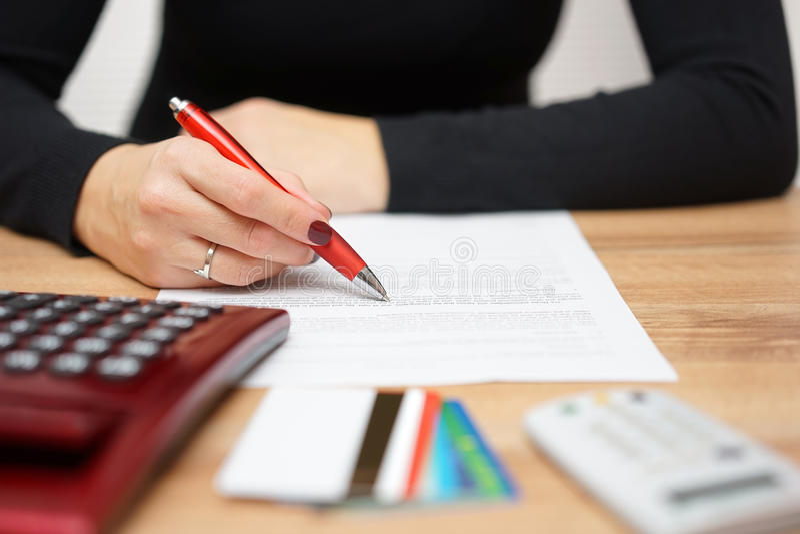 Kvinnan är det läs- bankmeddelandet om kreditkortutgifter och tekniker royaltyfria foton