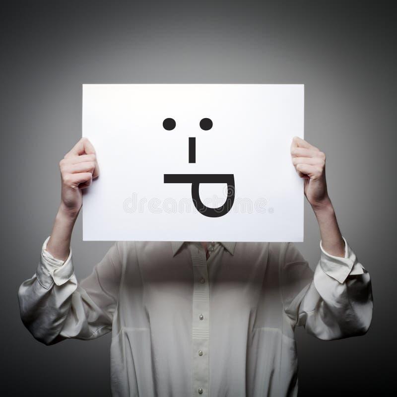 Kvinnan är hållande vitbok med leende För tunga begrepp ut arkivbild