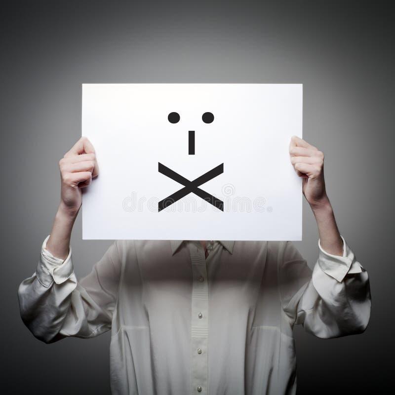 Kvinnan är hållande vitbok med leende Förseglade kanter Tystnad Co arkivfoton