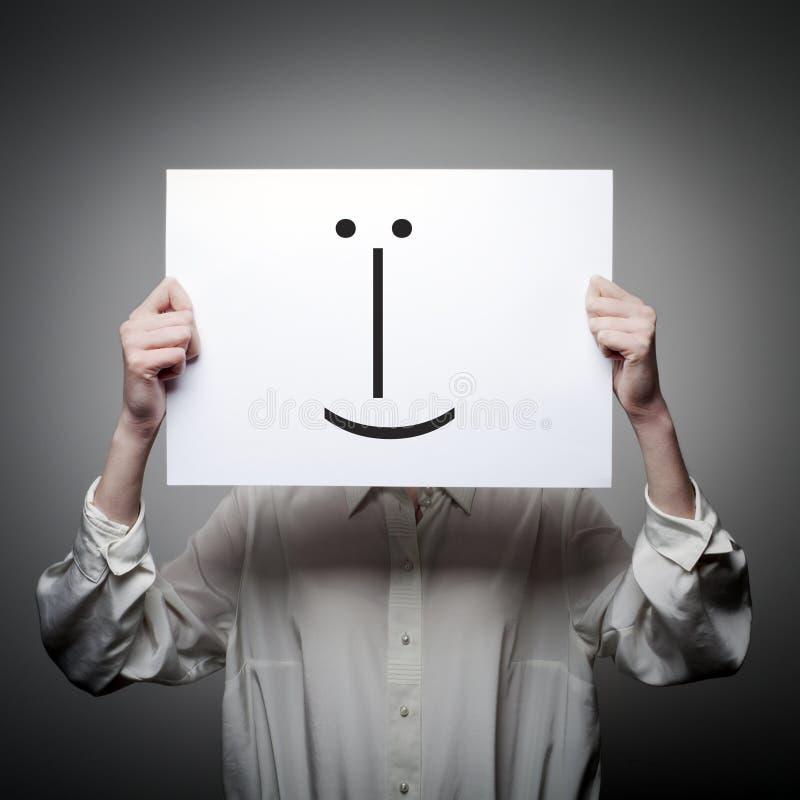 Kvinnan är hållande vitbok med leende Lögnarebegrepp arkivbilder
