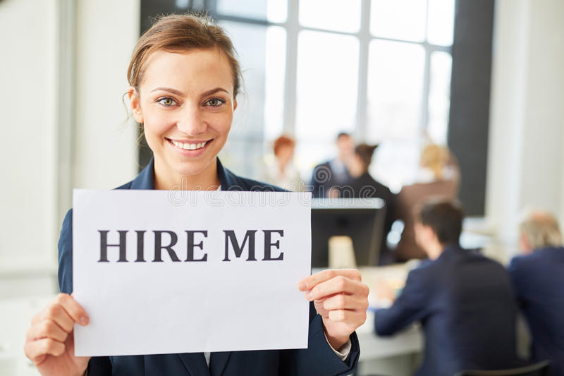 Kvinnan önskar att finna ett jobb royaltyfria foton