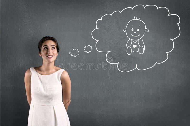 Kvinnan önskar en behandla som ett barn arkivbild