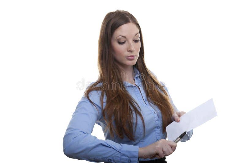 Kvinnan öppnar brevet royaltyfria bilder