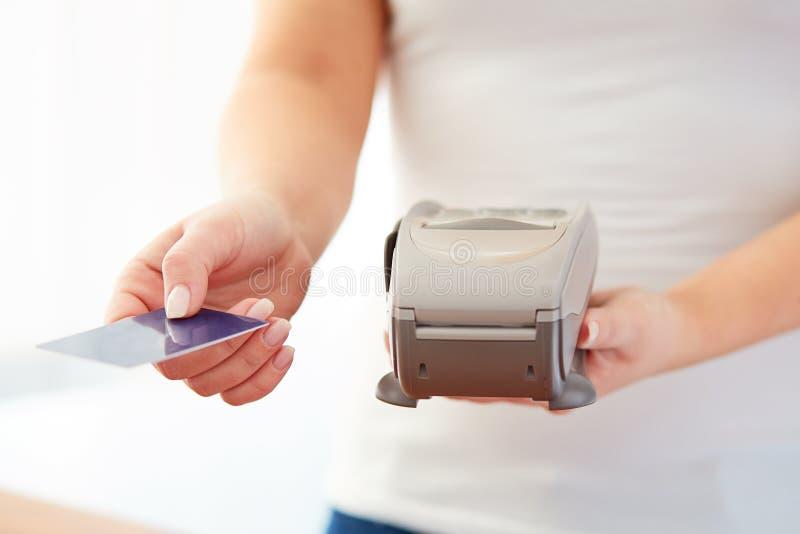Kvinnan accepterar kreditkorten för att betala royaltyfri foto