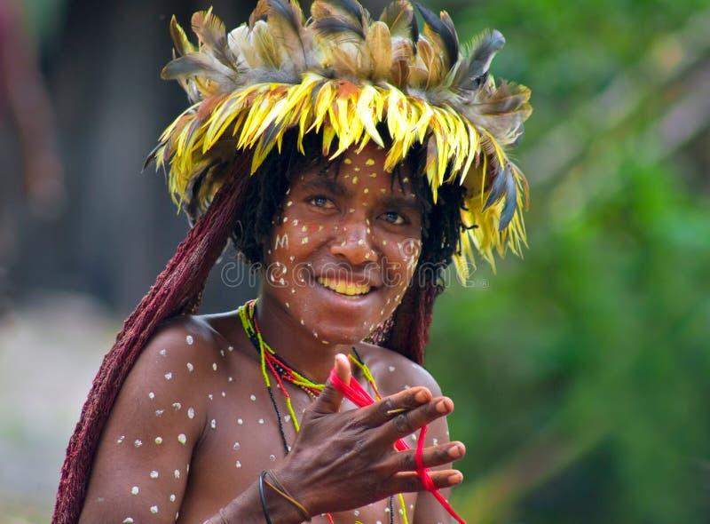 Kvinnan av en Papuanstam i traditionell kläder och färgläggning arkivfoton