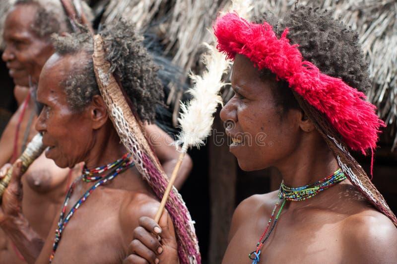 Kvinnan av en Papuantrib royaltyfri bild