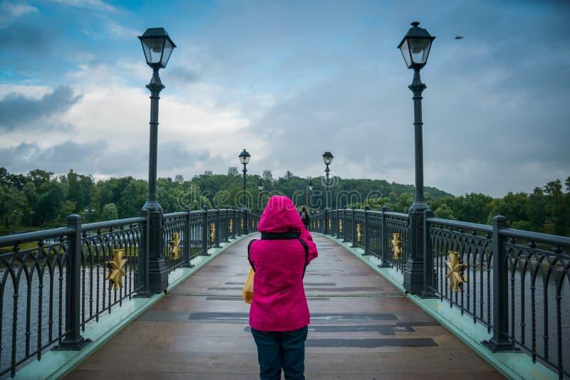 Kvinnan av Tsaritsyno allmänhet parkerar framme bron i Moskva, Ryssland arkivbild