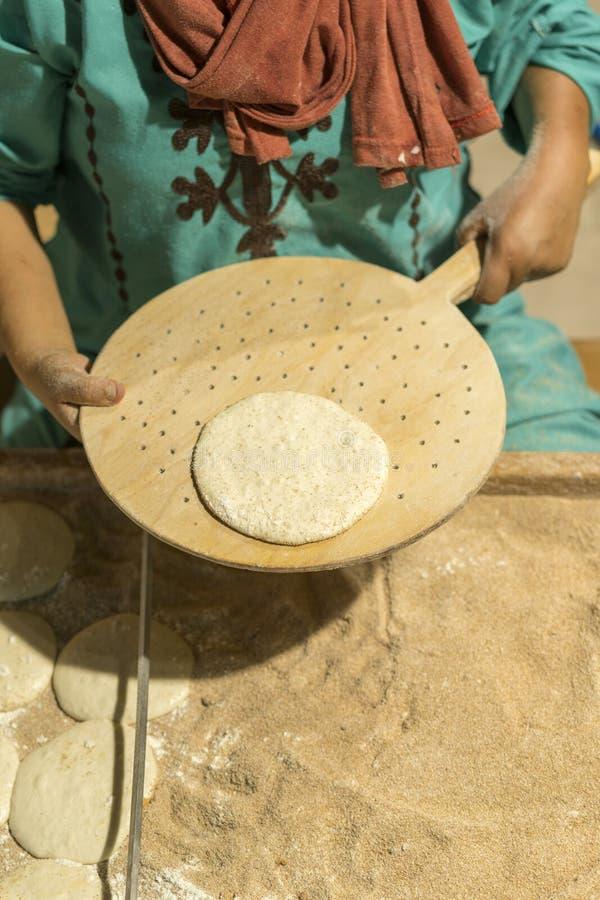 Kvinnan bakar nya kakor Vertikalt foto arkivbilder