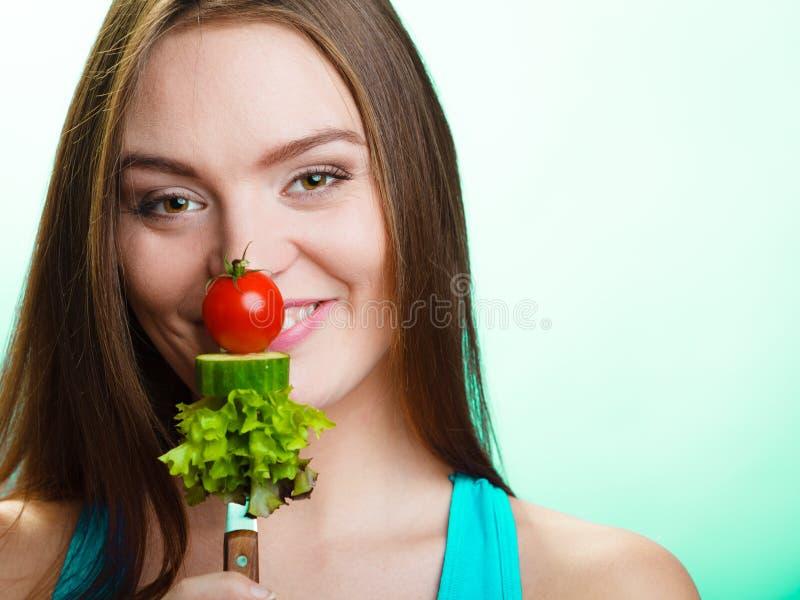 Kvinnan bantar på begrepp för viktförlust arkivbild