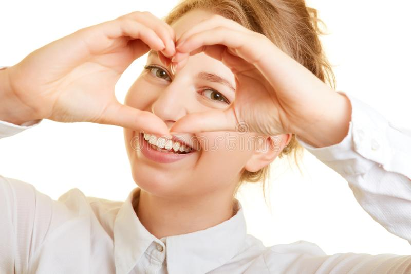 Kvinnan bildar hennes händer till en hjärta fotografering för bildbyråer