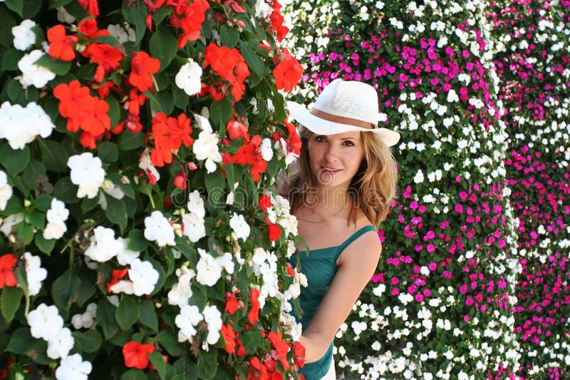 Kvinnan blommar, den utomhus- ståenden för ung flickasommar, pip ut arkivbilder
