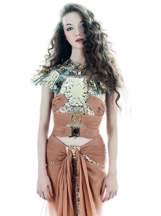 Kvinnan Danar Den Sleeveless Klänningen För Den Bruna Silk Sommaren Fotografering för Bildbyråer