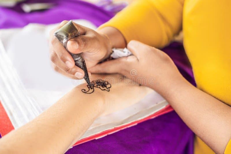 Kvinnan drar förestående Attraktion på den indiska mehendipicturen för hand arkivfoto