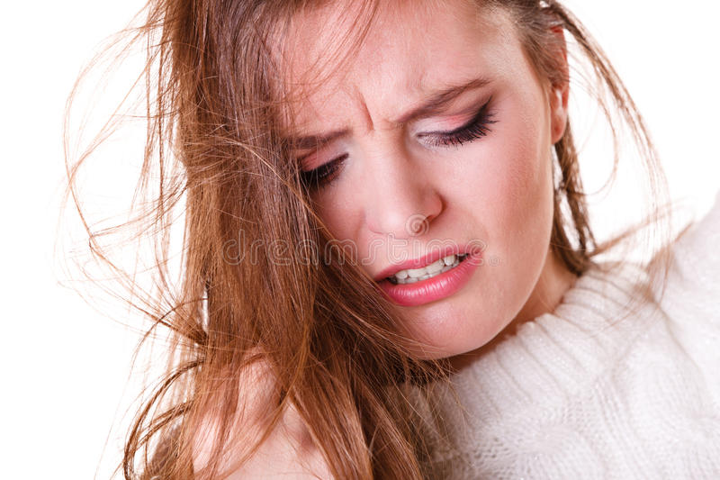 Kvinnan drar hår med problem arkivfoton