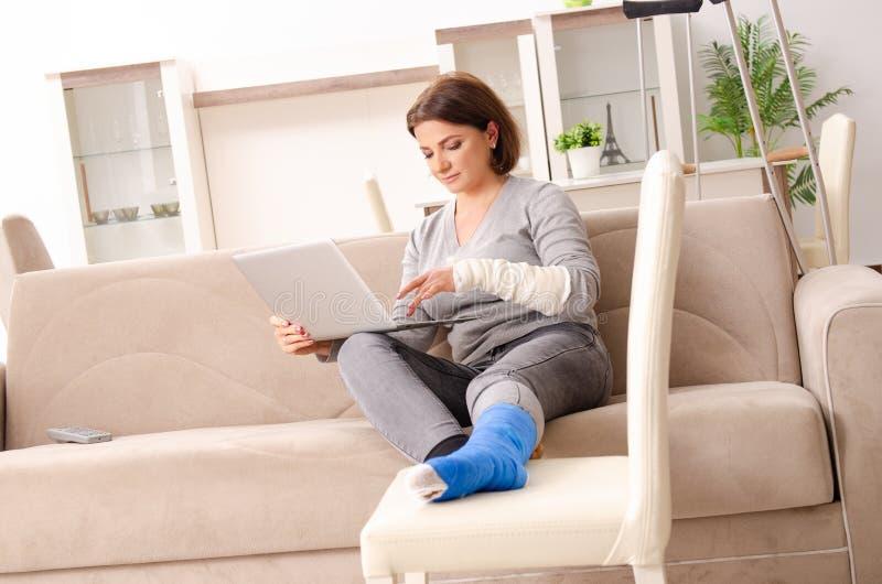 Kvinnan efter bilolycka som hemma lider royaltyfri bild