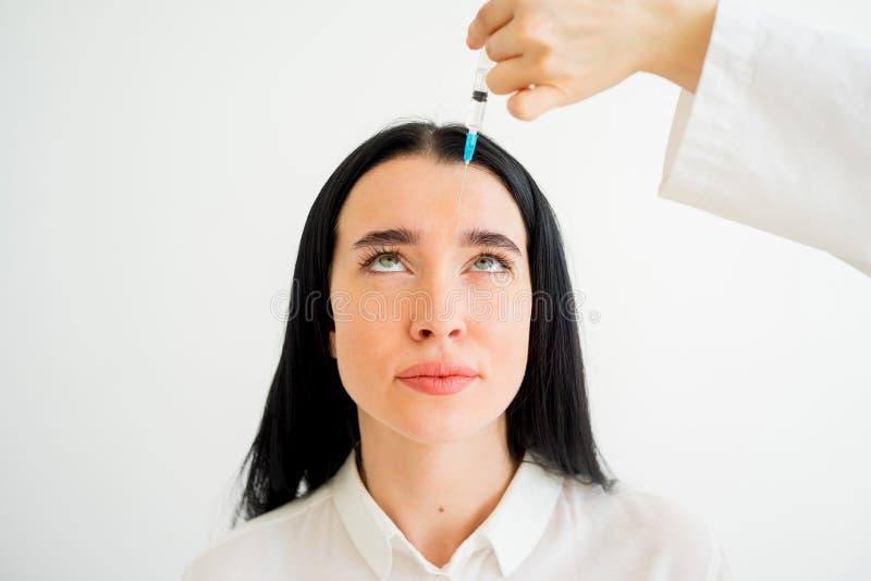 Kvinnan får den ansikts- injektionen arkivbild