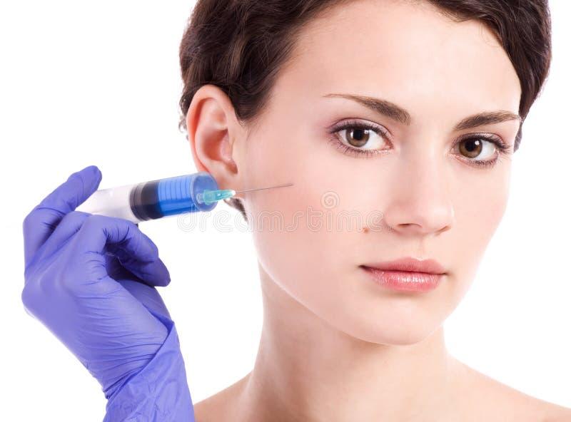 kvinnan får en injektion i henne vänder mot fotografering för bildbyråer