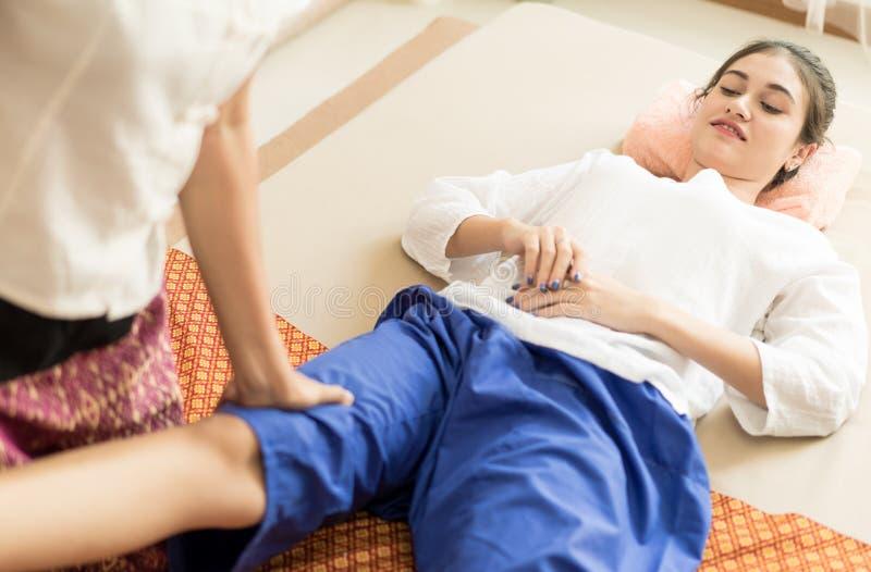 Kvinnan får hennes ben masserat i thai brunnsort royaltyfri bild