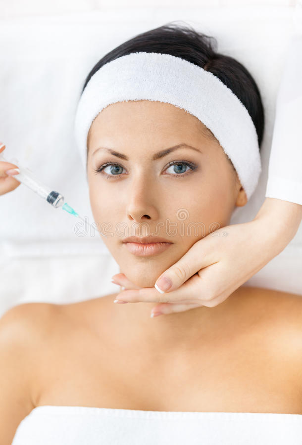 Kvinnan får injektioner på framsida royaltyfri bild