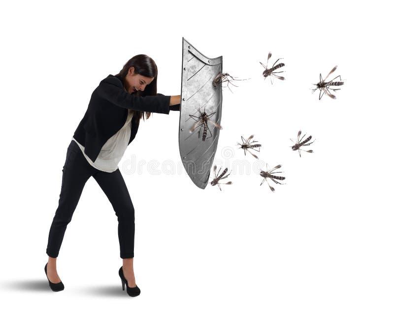 Kvinnan försvarar sig från attacken av myggor med en sköld arkivfoto