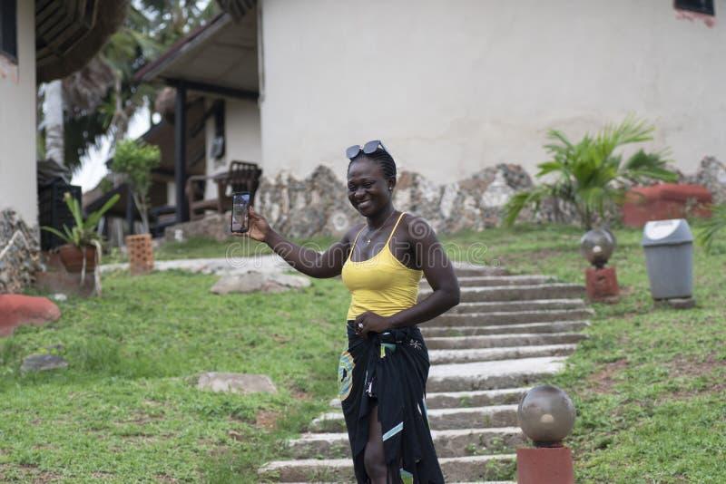 Kvinnan från Ghana tar foto av henne arkivbild