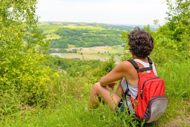Kvinnan går att fotvandra i bergen royaltyfri fotografi