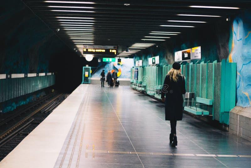 Kvinnan går i tunnelbanastation fotografering för bildbyråer