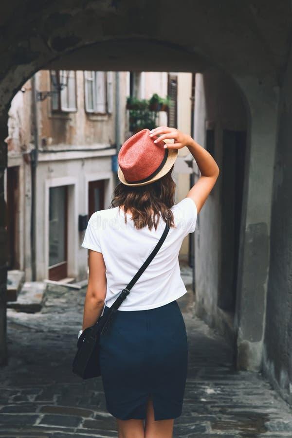 Kvinnan går på de historiska europeiska gatorna av den gamla staden fotografering för bildbyråer