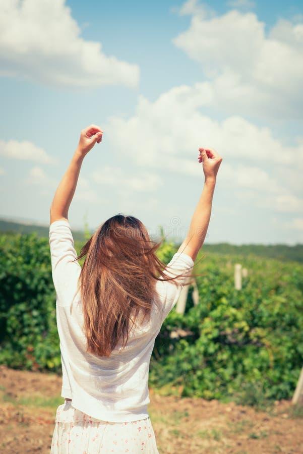 Kvinnan går på en vingård royaltyfri bild