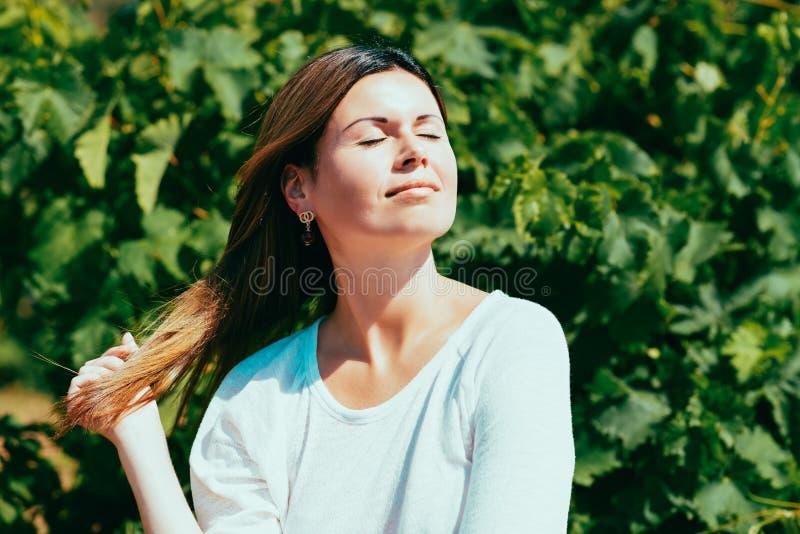 Kvinnan går på en vingård royaltyfri fotografi