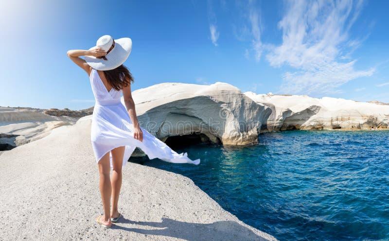 Kvinnan går på Sarakiniko, på ön av Milos, Cyclades, Grekland arkivbild